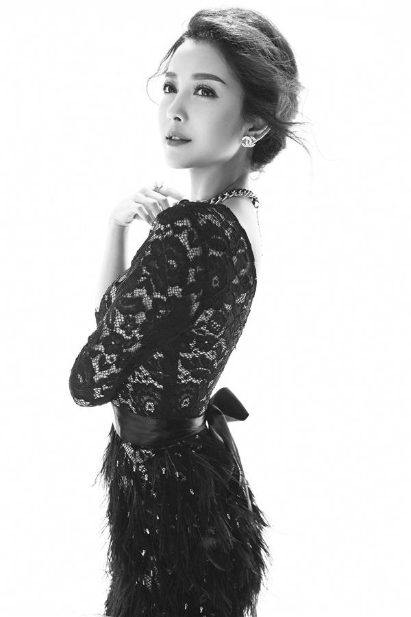Jennifer khoe khéo đường cong trong phom váyôm sát. Thiết kế được thực hiện trên nền chất liệu ren mỏng mang đến vẻ gợi cảm cho người mặc.