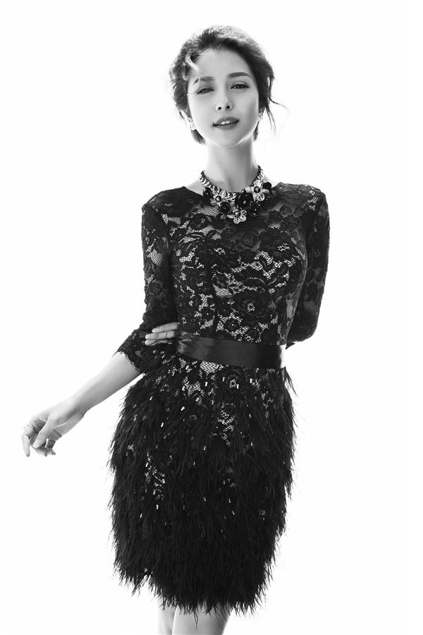 Nhà thiết kế Lê Thanh Hòa khéo léo lồng ghép chất liệu lông ở chân váy để tạo nên tổng thể sinh động, bắt mắt hơn.