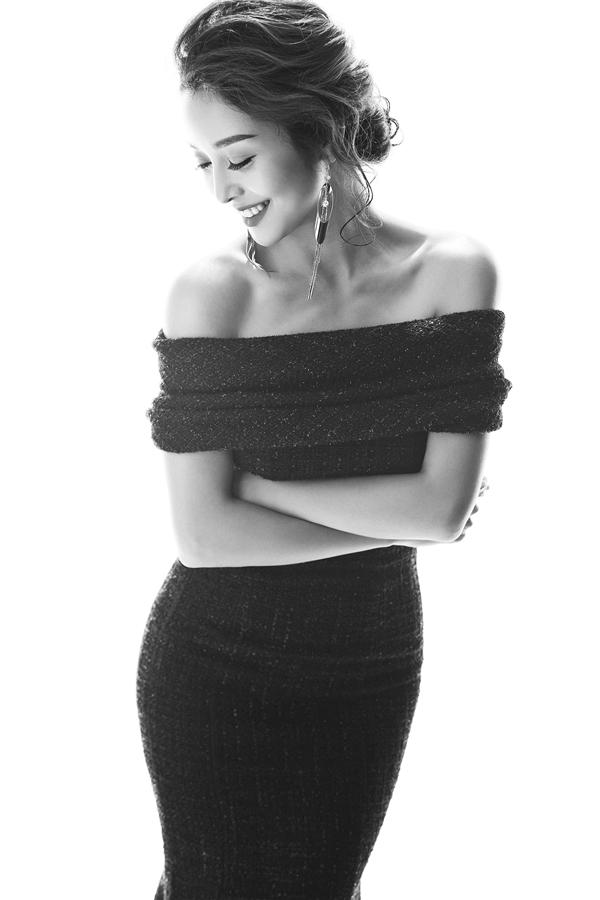 Hoa hậu châu Á tại Mỹ kiêu sa, quyến rũ trong chiếc đầm đuôi cá lửng bằng chất liệu dạ độc đáo. Phần vai được tạo điểm nhấn bởi chi tiết gấp nếp phân tầng tinh tế.