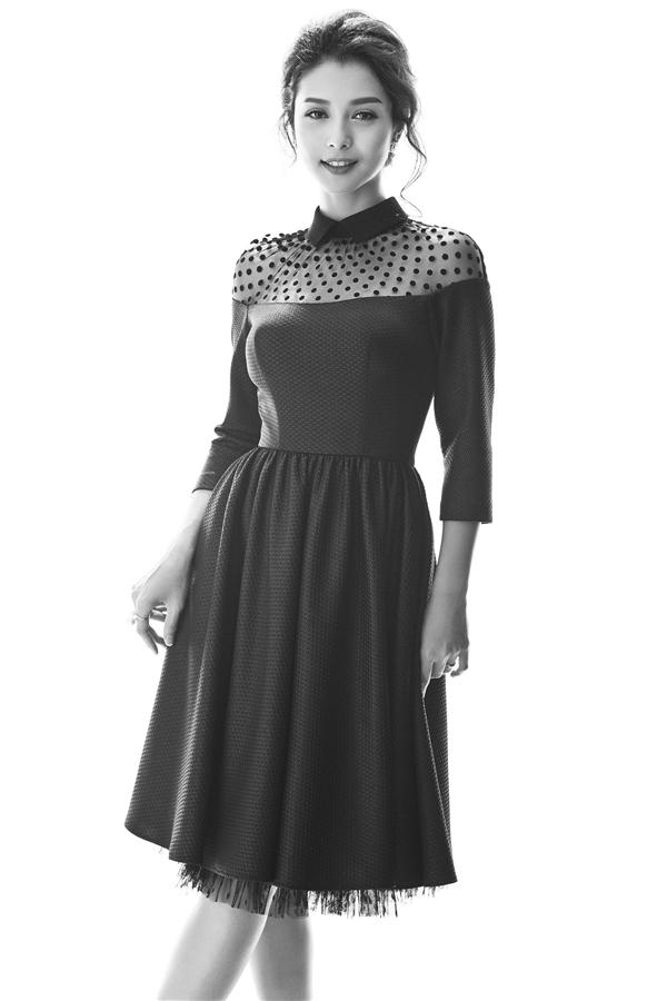 Trong khi đó, thiết kế váy xòe này lại thể hiện rõ nét âm hưởng thời trang cổ điển thanh lịch, kín đáo.
