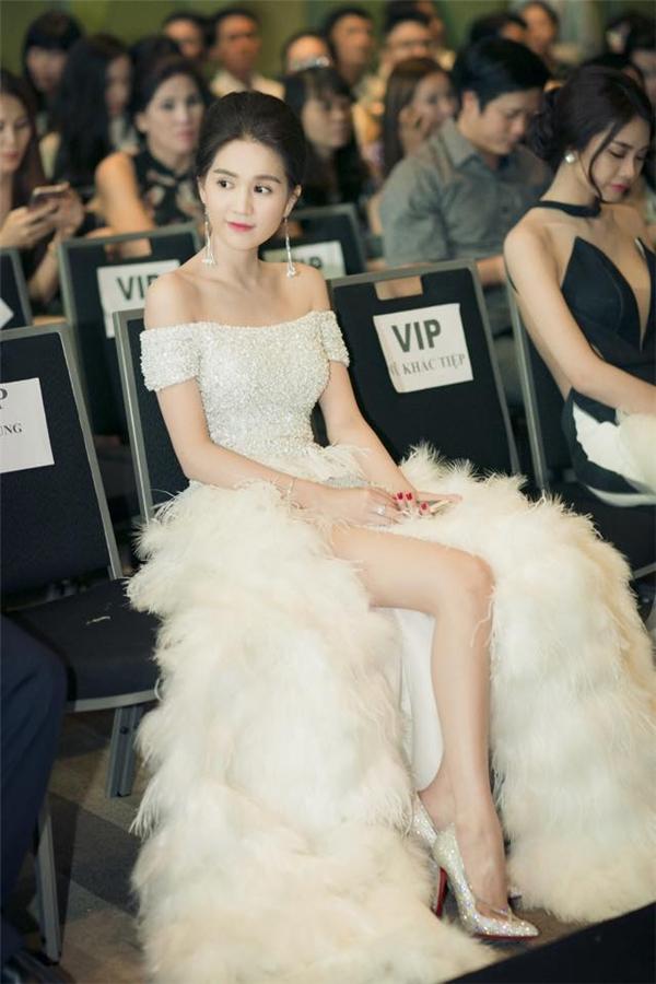 Vừa qua, khi tham dự đêm tiệc thời trang tại Đà Nẵng do ông bầu Vũ Khắc Tiệp tổ chức, Ngọc Trinh gần như lấn át dàn mĩ nhân trên thảm đỏ khi diện bộ váy trắng khá cầu kì.