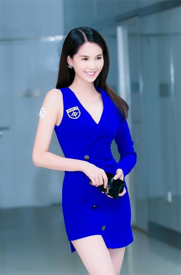 Chiếc váy ngắn có cấu trúc bất đối xứng giúp Ngọc Trinh khoe khéo đôi chân dài đáng mơ ước. Bên cạnh đó, sắc xanh cobant giúp cô nàng trẻ trung hơn cũng như tôn lên làn da trắng hồng.