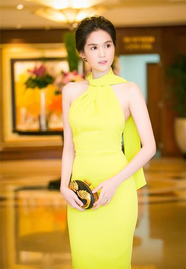Với tỉ lệ cơ thể cân đối, Ngọc Trinh luôn tự tin phô diễn vẻ đẹp hình thể trong những dáng váy ôm sát.