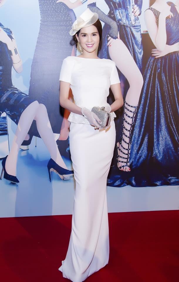 Trên thảm đỏ Đêm hội chân dài, Ngọc Trinh tạo nên bất ngờ lớn khi chọn diện bộ váy trắng khá đơn giản theo phong cách cổ điển.