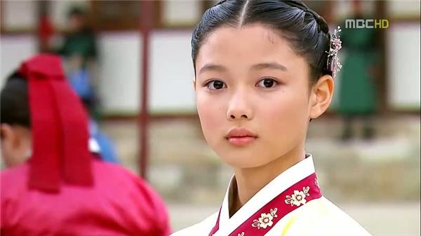 Kim Yoo Jung chính thức gia nhập hàng ngũ diễn viên nhí triển vọng sau thành công của The Moon Embracing The Sun năm 2010. Không chỉ diễn xuất mà ngoại hình đầy khí chất của sao nhícũng được đánh giá khá cao.