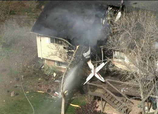 Vào tháng 5/2014, một viên phi công điều khiển máy bay khi đang nhào lộn trên bầu trời Northglenn, Colorado, đã đâm phải nhà dân phía dưới. Rất may, trong nhà không có ai, và may mắn hơn nữa khi người này cũng không hề hấn gì. (Ảnh: Oddee)
