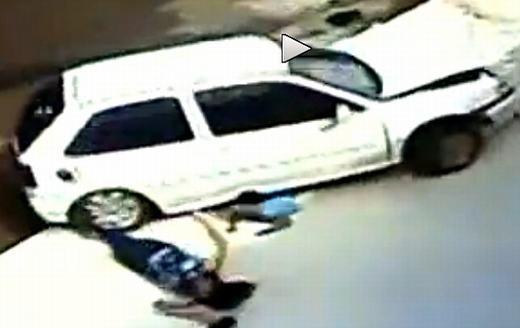 Cách đây ít lâu, trên con đường cao tốc ở Brazil, một phụ nữ 56 tuổi và bé trai 5 tuổi đã gặp tai nạn giao thông. Dù rõ ràng là cả hai đã bị tông nhưng sau khi chiếc xe rời đi, họ đứng dậy như không có chuyện gì. Sau đó, cảhai đến kiểm tra tại bệnh viện vàkhông hề phát hiện thương tích. (Ảnh: Oddee)