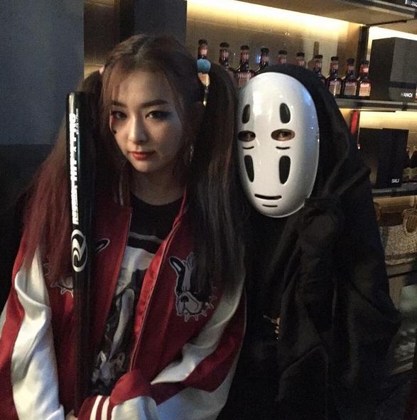 """Tân binh Red Velvet vừa xuất hiện đã """"nổi bần bật"""" giữa sự kiện. Trưởng nhóm Irene hóa thân thành cô bé đáng yêu trong phim hoạt hình Dr. Slump trong khi Seulgi chọn trang phục của nhân vật Harlequin trong phim Suicide Squad."""
