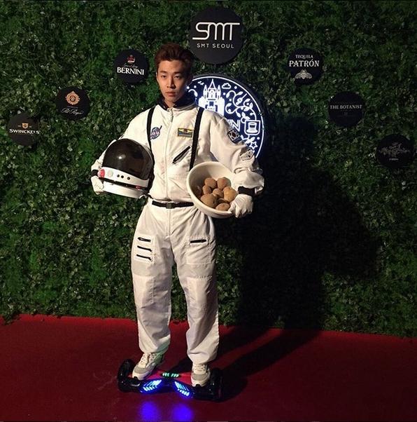 Phi hành gia Henry (Super Junior-M) cực ngầu khi xuất hiện với dụng cụ di chuyển hiện đại và trên tay mang theo một rổ khoai.