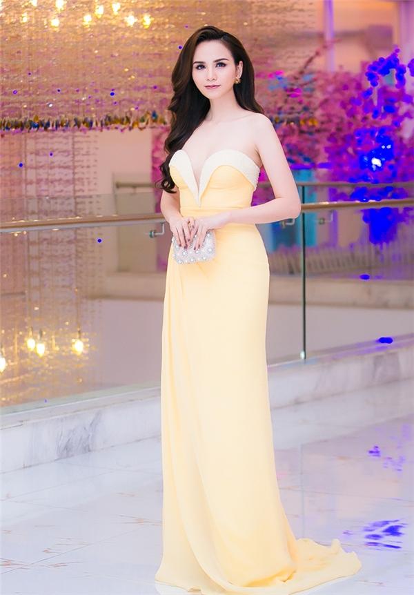 Cô diện bộ váy tông vàng nhạt ôm sát, phô diễn khéo léo những đường cong bốc lửa. Thiết kế tạo điểm nhấn bởi chi tiết đính kết khá kì công ở phần cúp ngực.