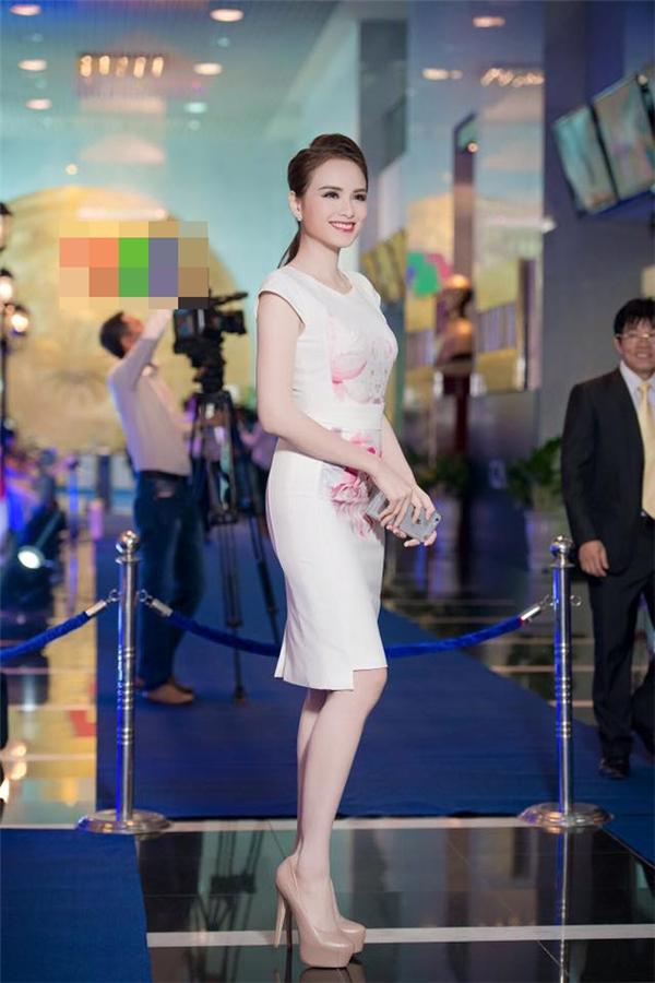 Phom váy bodycon đơn giản trở nên bắt mắt hơn nhờ họa tiết hoa mộc lan tông hồng tím ngọt ngào được in chìm nhưng tạo cảm giác sống động, chân thực.