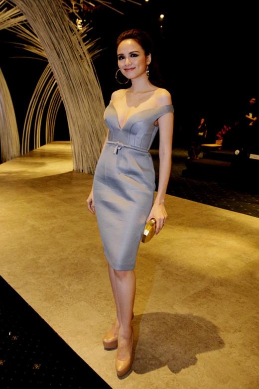 Sắc xám thanh lịch cùng kiểu váy đơn giản nhẹ nhàng làm tôn lên vẻ sang trọng cho Hoa hậu Thế giới người Việt 2010.