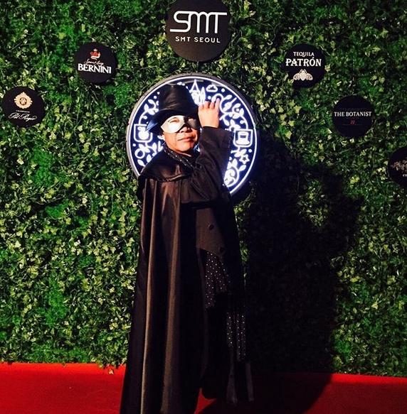 """Lee Soo Man cũng """"chịu chơi"""" khi xuất hiện trong trang phục người dơi phiên bản """"béo phì"""" mang lại tiếng cười cho mọi người có mặt tại bữa tiệc."""