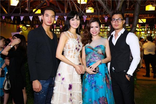 Tham dự đêm tiệc này với Thùy Dung còn có nam vương Nguyễn Văn Sơn. Anh chàng thân thiết chụp ảnh cùng người đẹp gốc Đà Nẵng.