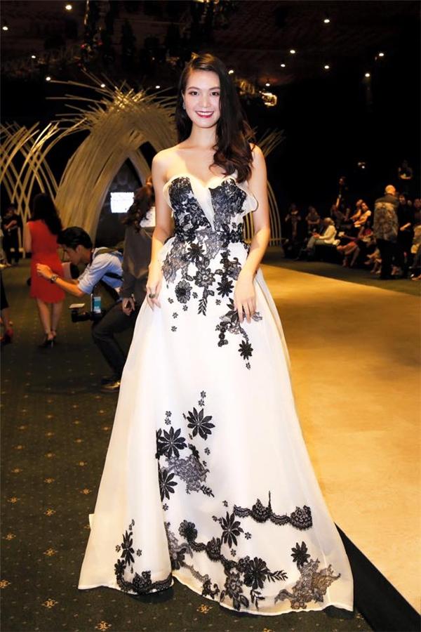 Trước đó, trên thảm đỏ Vietnam International Fashion Week 2015, Thùy Dung cũng được khen ngợi hết lời khi diện bộ váy xòe trắng điệu đà điểm xuyết họa tiết ren đen. Được biết, đây cũng là thiết kế mà Hoàng Hải đo ni đóng giày cho Hoa hậu Việt Nam 2008.