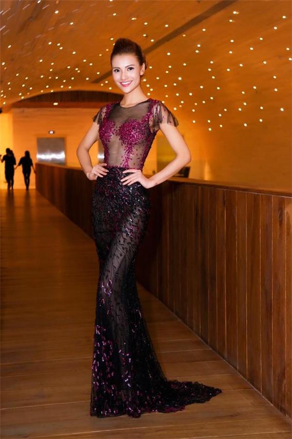 Hồng Quế khoe khéo thân hình nóng bỏng trong thiết kế đuôi cá ngắn tông đen được điểm xuyết họa tiết đính kết màu hồng tím ngọt ngào, lãng mạn.