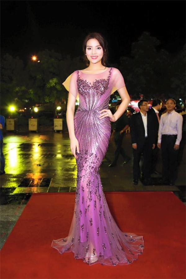 Xuất hiện trong đêm chung kết Hoa hậu Hoàn vũ Việt Nam 2015, hoa hậu Kỳ Duyên ghi điểm tuyệt đối khi diện bộ váy ôm sát gợi cảm.