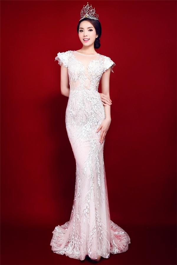Hình ảnh những ngày mới đăng quang của Kỳ Duyên trong bộ váy trắng nhận được khá nhiều lời khen ngợi của giới mộ điệu thời trang.