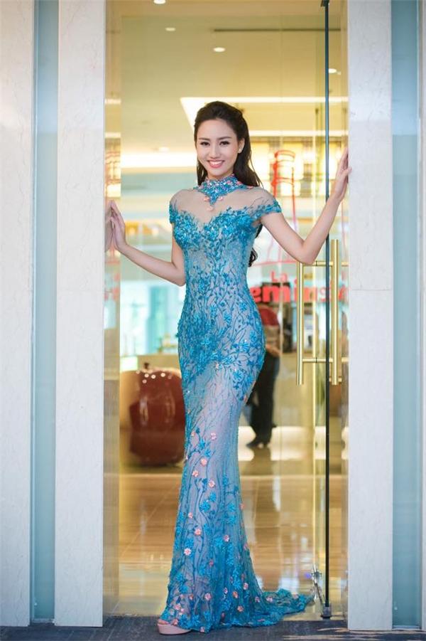 Kiểu váy với phần cổ lọ mang đến vẻ ngoài cổ điển nhưng không kém phần hiện đại, táo bạo cho Á hậu Hoàn vũ Việt Nam 2015Ngô Trà My.