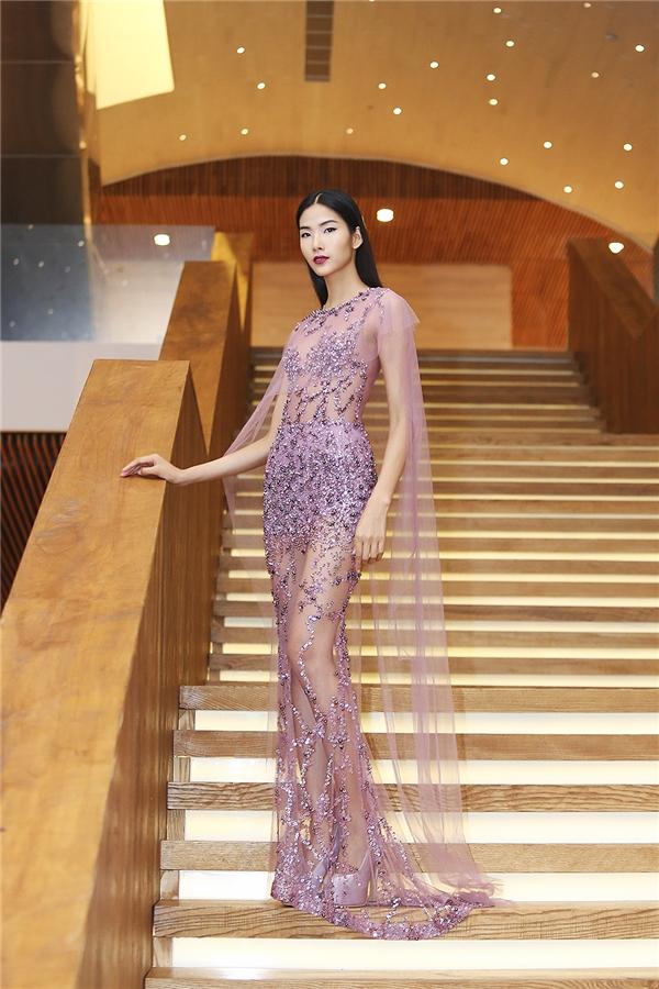 Dù sở hữu vòng một khá khiêm tốn nhưng Hoàng Thùy vẫn tự tin diện chiếc váy xuyên thấu mỏng tang nhờ chiều cao nổi bật cùng tỉ lệ thân người khá cân đối.