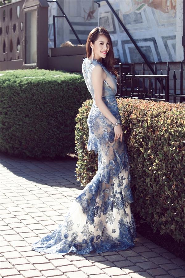Quế Vân đầy thu hút trong chiếc váy có cấu trúc phân tầng kết hợp lưới xuyên thấu, ren mỏng.