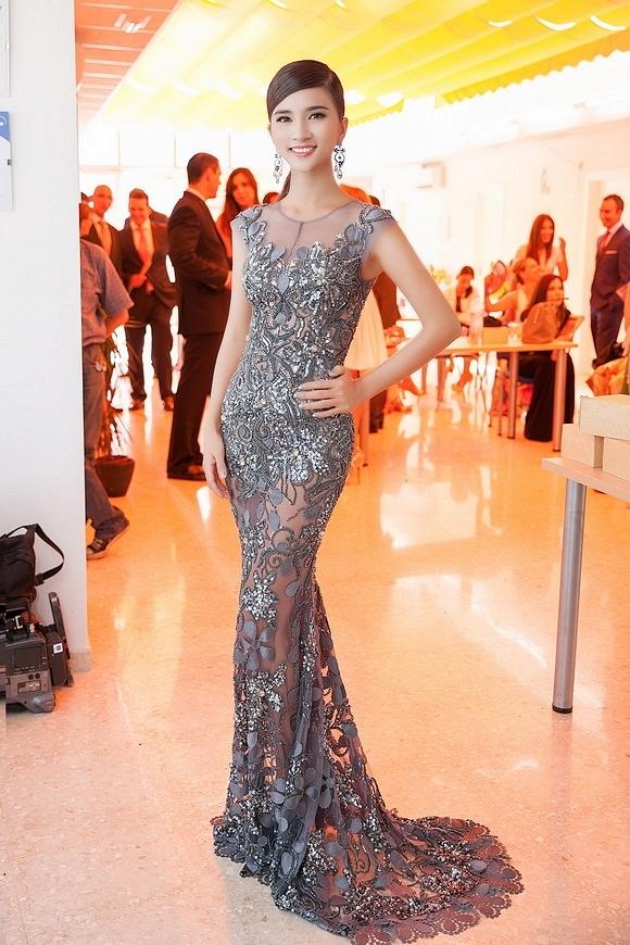 Sắc xám trầm mặc mang đến vẻ ngoài thanh lịch, sang trọng cho nữ diễn viên xinh đẹp Kim Tuyến trong chuyến công tác tại Tây Ban Nha vừa qua.