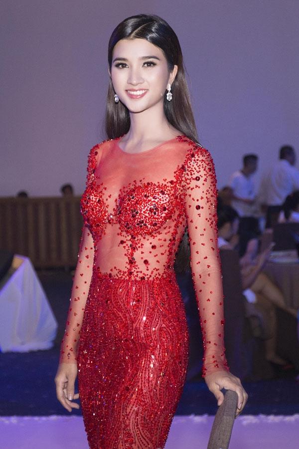 Sắc đỏ ruby lại giúp bà mẹ một con trở nên lộng lẫy, nổi bật trong một sự kiện thu hút nhiều tên tuổi lớn của làng giải trí Việt.