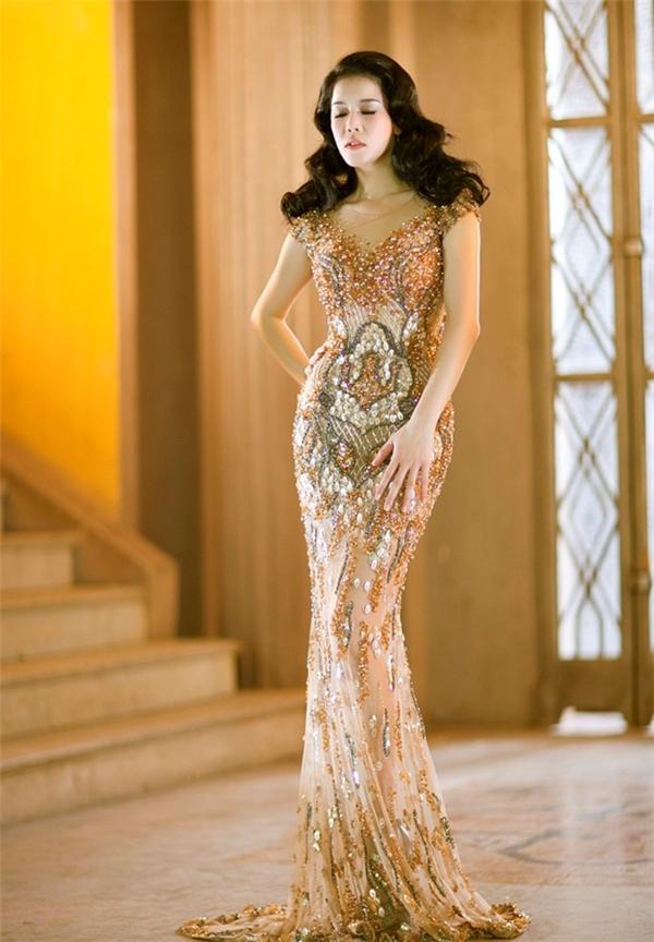 Nữ ca sĩ Thu Phương cũng khá ưa chuộng những thiết kế xuyên thấu trong khoảng thời gian trở về Việt Nam làm huấn luyện viên của chương trình Giọng hát Việt 2015.