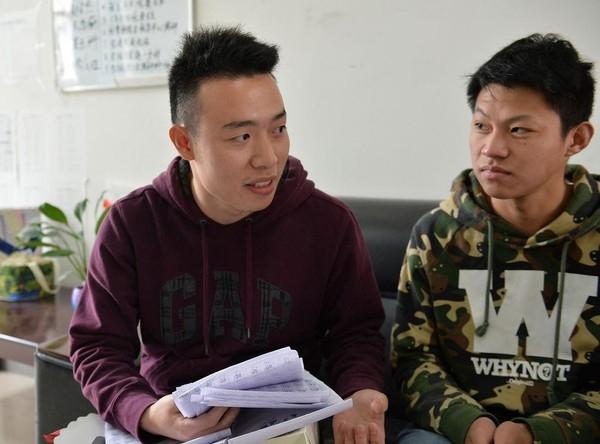Chân dung thầy giáoVương Tử Tuấn- người đã áp dụng hình phạt rất đặc biệt cho các sinh viên đi trễ. (Nguồn: Internet)