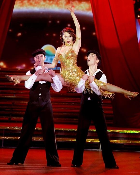 Việc chiến thắng trong chương trình Bước nhảy hoàn vũ đãgiúp Minh Hằng có thể tự tin thể hiện những động tác cần đến sự dẻo dai của đôi chân. - Tin sao Viet - Tin tuc sao Viet - Scandal sao Viet - Tin tuc cua Sao - Tin cua Sao