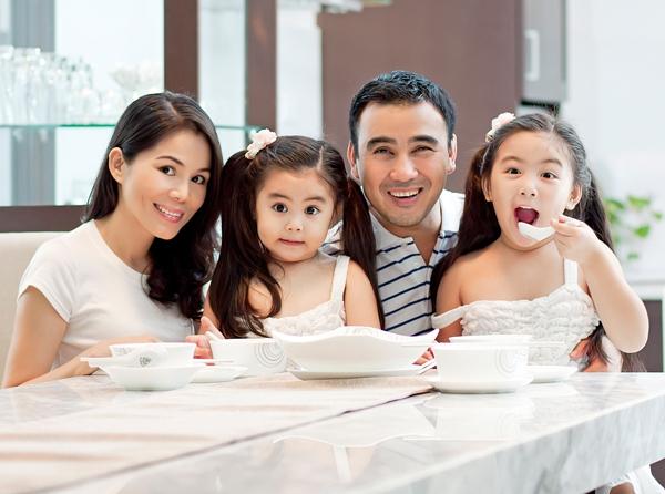Quyền Linh và vợ bên cạnh hai cô con gái xinh đẹp. - Tin sao Viet - Tin tuc sao Viet - Scandal sao Viet - Tin tuc cua Sao - Tin cua Sao