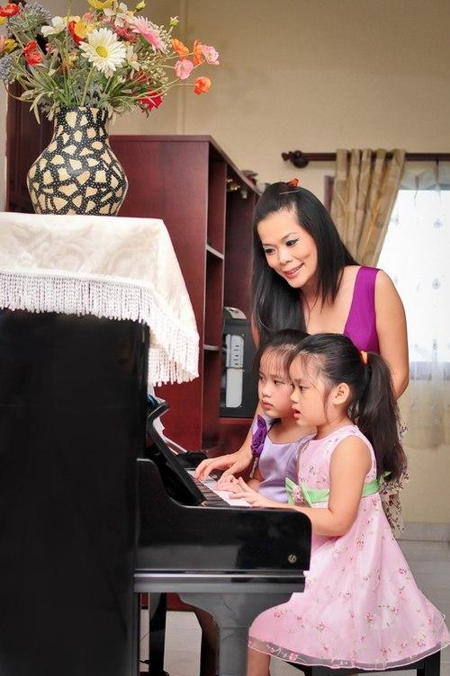 Misa và Misu từ nhỏ đã được mẹ đầu tư rất nhiều, từ việc học thanh nhạc cho đến trang phục. - Tin sao Viet - Tin tuc sao Viet - Scandal sao Viet - Tin tuc cua Sao - Tin cua Sao