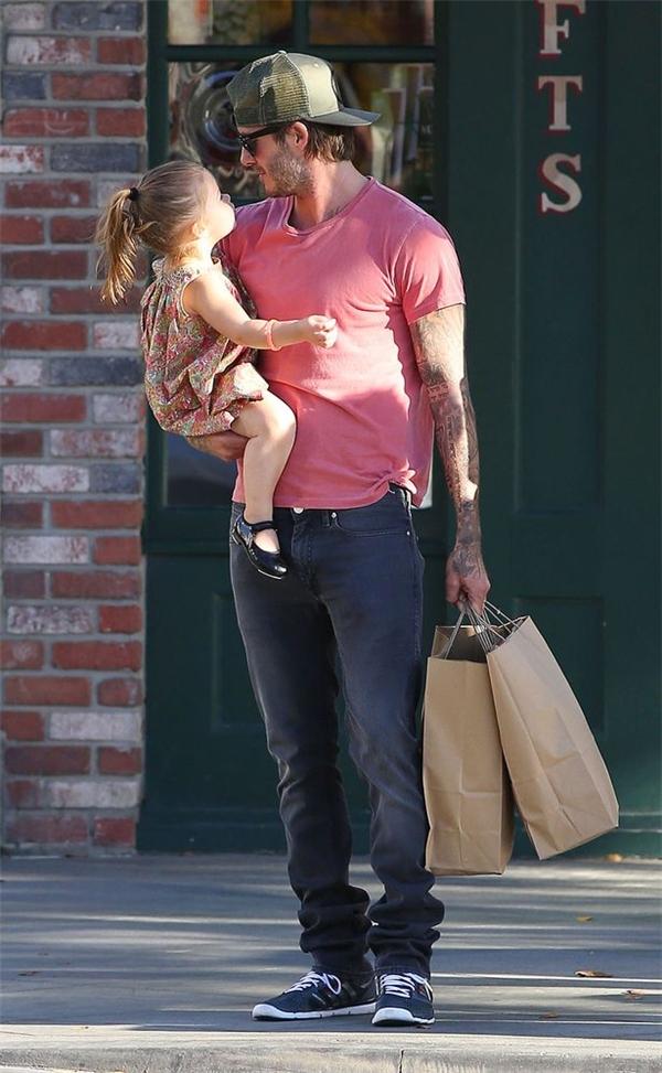 Anh cũng rất thích bế Harper trên tay và mang cô bé theo mình đi khắp mọi nơi.(Ảnh:Internet)
