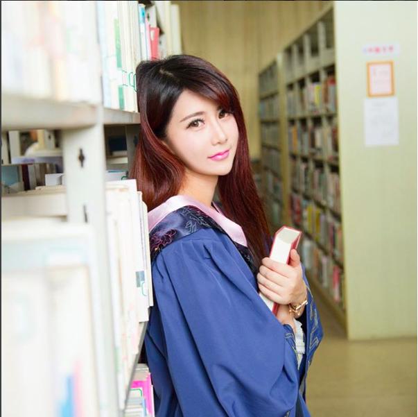 """Cô nàng 8x được mệnh danh là """"nữ thạc sĩ xinh đẹp nhất Trung Quốc"""". (Ảnh: Internet)"""