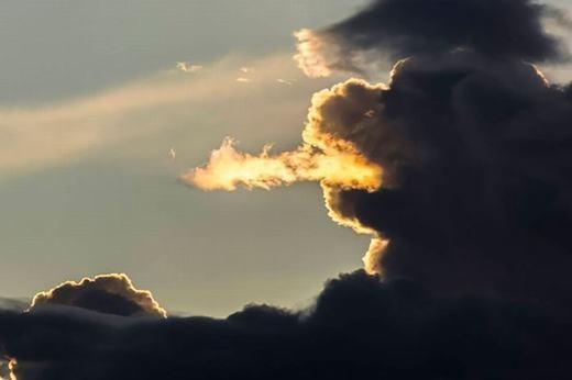 """Há hốc mồm trước tạo hình """"không thể tin nổi"""" của những đám mây"""