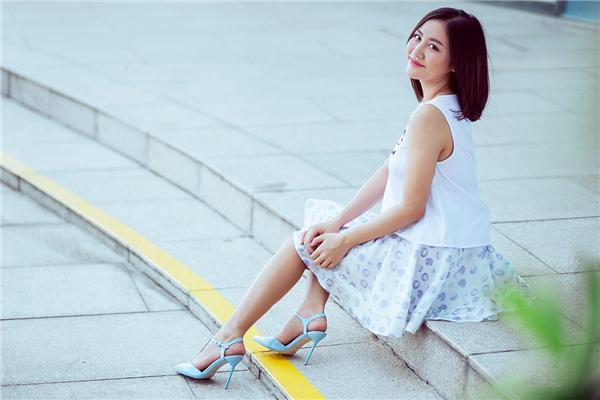 Văn Mai Hương nhẹ nhàng, điệu đà nhưng không kém phần trẻ trung, năng động khi kết hợp chân váy xòe họa tiết cùng áo trắng phom rộng.
