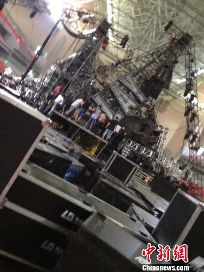 Toàn bộ khung sắt của sân khấu đều bị sập