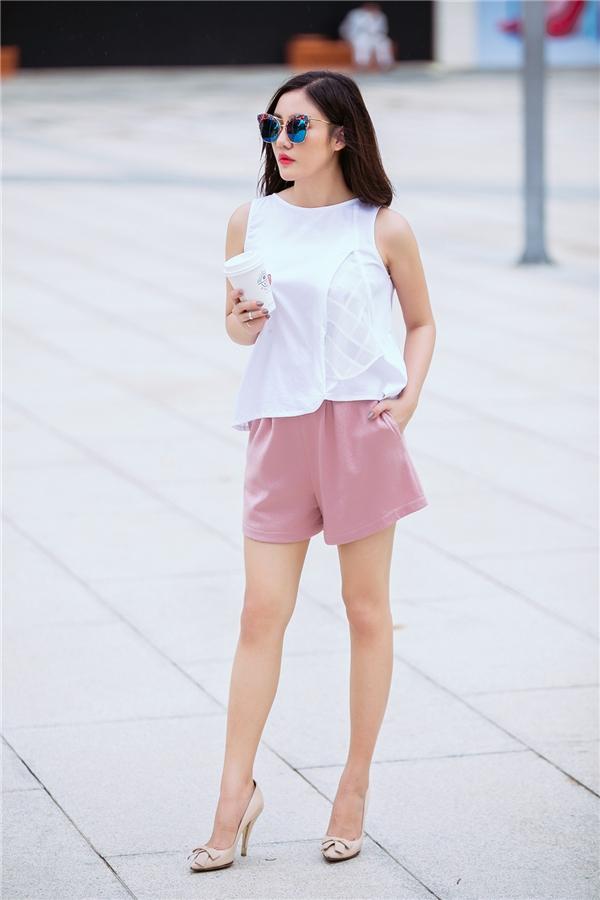 Vẫn chiếc áo bên trên nhưng Văn Mai Hương đã trở nên nhẹ nhàng, năng động hơn khi phối cùng quần short tông hồng ngọt ngào.
