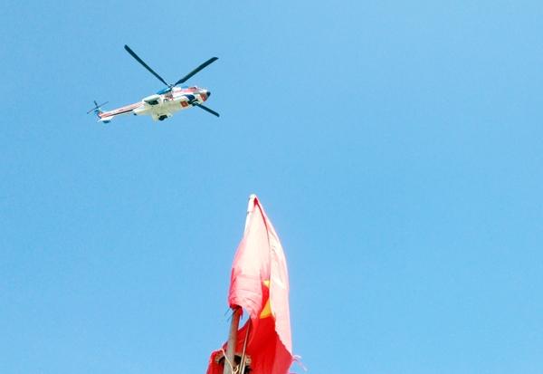 Trực thăng được điều động ra đưa nạn nhân vào bờ cấp cứu. Ảnh: Internet