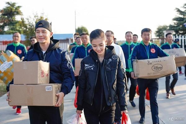 Hai vợ chồng tiếp tục đến thăm các em học sinh tại trường Sa Lương.