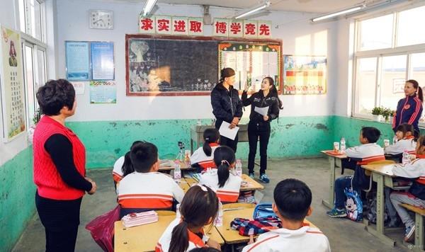 Huỳnh Hiểu Minh và AngelaBaby tham gia lớp học ngoại khóa dànhcho các em học sinh.
