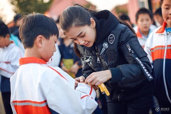 Vợ chồng Huỳnh Hiểu Minh - AngelaBaby về quê làm từ thiện sau đám cưới