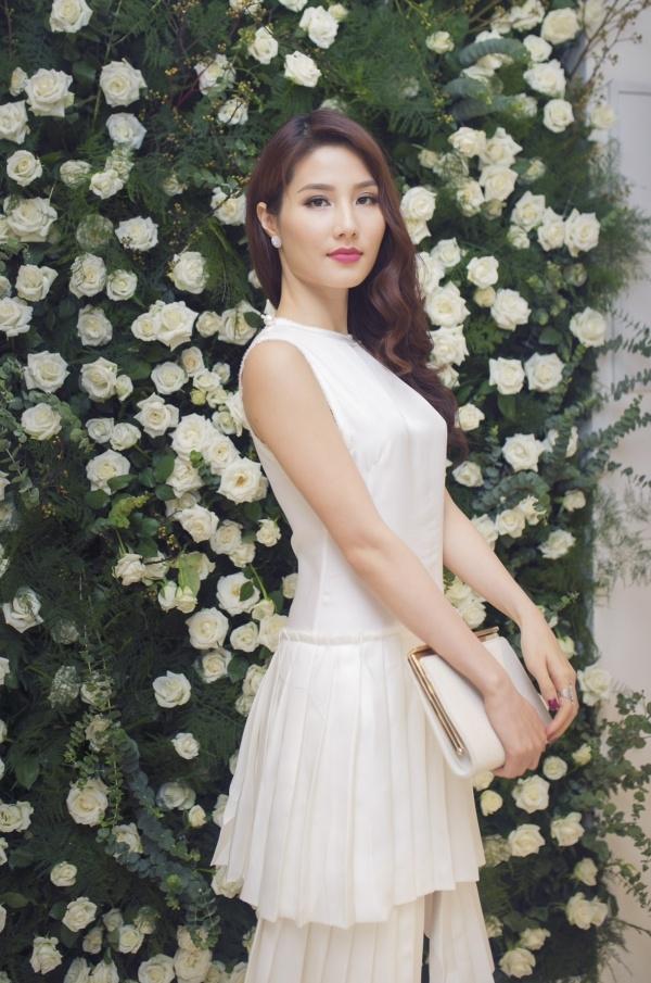 Diện váy trắng đơn giản nhưng Diễm My vẫn toát lên nét quyến rũ với người đối diện. - Tin sao Viet - Tin tuc sao Viet - Scandal sao Viet - Tin tuc cua Sao - Tin cua Sao