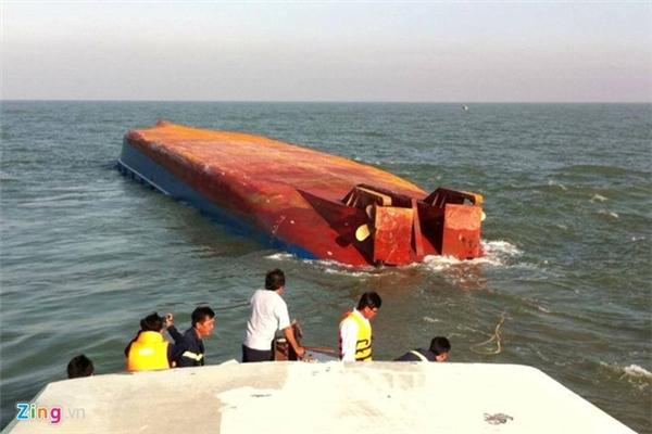 Tàu Hoàng Phúc 18 lật úp trên biển Cần Giờ. Ảnh: Hải An.