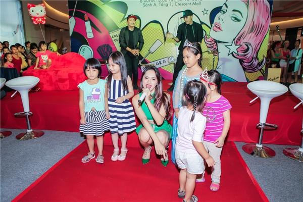 Các em nhỏ cũng như người hâm mộ liên tục xin chụp ảnh lưu niệm cùng Hương Giang Idol. - Tin sao Viet - Tin tuc sao Viet - Scandal sao Viet - Tin tuc cua Sao - Tin cua Sao