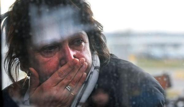 Một người thân nghẹn ngào khi đến sân bay Pulkovo. Tổng thống Nga Vladimir Putin đã tuyên bố, ngày 1/11 là quốc tang của nước Nga.
