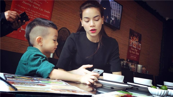 Subeo bảnh bao, sành điệu cùng mẹ đi ăn nhà hàng. - Tin sao Viet - Tin tuc sao Viet - Scandal sao Viet - Tin tuc cua Sao - Tin cua Sao