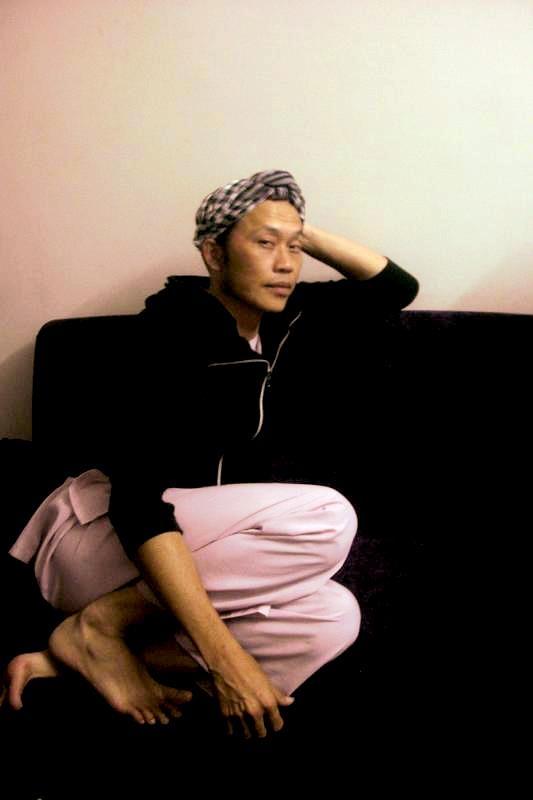 Hình ảnh Hoài Linh ngồi chờ đến màn trình diễn tại Dallas – Hoa Kỳ. - Tin sao Viet - Tin tuc sao Viet - Scandal sao Viet - Tin tuc cua Sao - Tin cua Sao