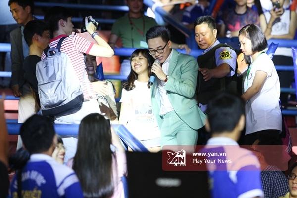 """Fan bấn loạn trước màn biểu diễn """"cực sung"""" của Khởi My và Trúc Nhân - Tin sao Viet - Tin tuc sao Viet - Scandal sao Viet - Tin tuc cua Sao - Tin cua Sao"""