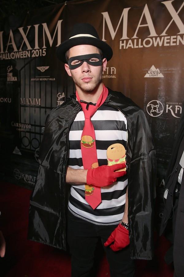 Nick Jonas điễn trai và phong độ với tạo hình nhân vật hoạt hình Hamburglar.